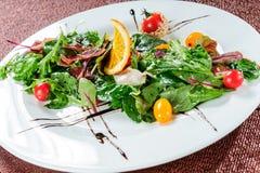 Gele tomaat, komkommer, rode kool en de groentensalade van de watermeloenradijs de gezonde ruwe kom van de veganistlunch Hoogste  Stock Foto's