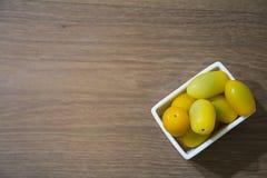 Gele tomaten, close-up, diepte van gebied Royalty-vrije Stock Foto's