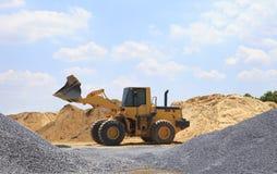 Gele tractor op bouwwerf Royalty-vrije Stock Foto's