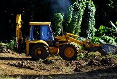 Gele tractor op het werk Stock Foto