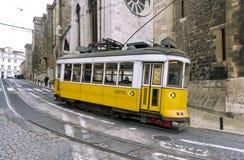 Gele tram 28 van Lissabon Stock Foto's