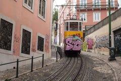 Gele tram in de kleine straat van Lissabon Portugal Stock Foto