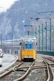 Gele tram op de waterkant royalty-vrije stock afbeeldingen
