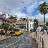 Gele trams op een straat van Lissabon stock foto's