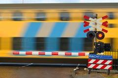 Gele trein stock afbeeldingen