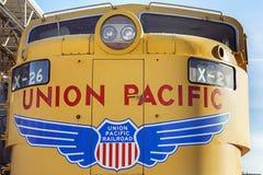 Gele trein bij uniepost Stock Afbeeldingen