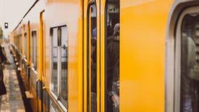 Gele trein die aan post aankomen Royalty-vrije Stock Foto
