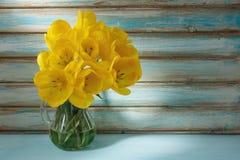 Gele tulpen in een vaas Stock Foto