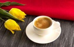 Gele tulpen en een kop van koffie Stock Foto