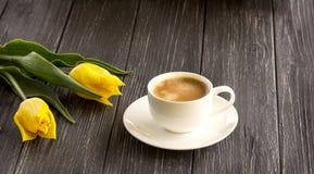 Gele tulpen en een kop van koffie Stock Afbeeldingen