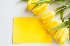 Gele tulpen en lege kaart Royalty-vrije Stock Foto