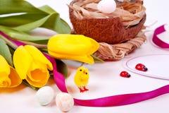 Gele tulpen en Paaseieren Stock Foto's