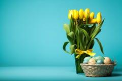 Gele tulpen op blauwe achtergrond Royalty-vrije Stock Fotografie
