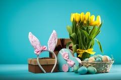Gele tulpen op blauwe achtergrond Royalty-vrije Stock Foto