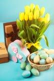 Gele tulpen op blauwe achtergrond Stock Afbeeldingen