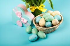 Gele tulpen op blauwe achtergrond Stock Foto