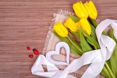 Gele tulpen op een houten achtergrond Royalty-vrije Stock Afbeeldingen