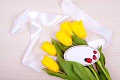 Gele tulpen op een houten achtergrond Royalty-vrije Stock Foto