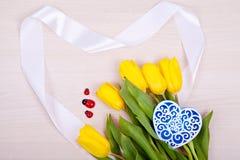Gele tulpen op een houten achtergrond Stock Fotografie