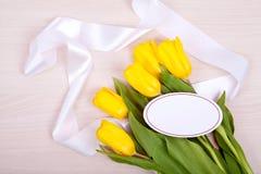 Gele tulpen op een houten achtergrond Stock Foto
