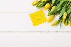 Gele tulpen op witte raad Royalty-vrije Stock Afbeelding