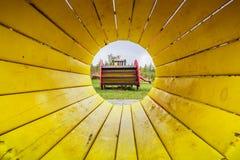 Gele tunnel bij kid& x27; s speelplaats royalty-vrije stock fotografie