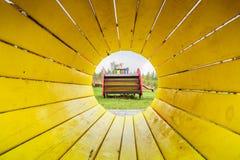 Gele tunnel bij kid& x27; s speelplaats royalty-vrije stock afbeelding