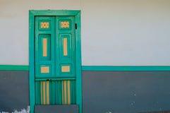 Gele turkooise groene houten deur van koloniaal Stock Afbeelding