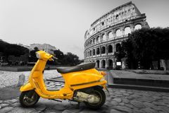 Gele uitstekende autoped stock foto