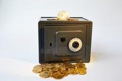 Gele van metaaldollars en rekeningen verschillende geïsoleerde munten in grijze brandkast, royalty-vrije stock afbeelding