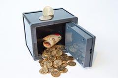 Gele van metaaldollars en rekeningen verschillende geïsoleerde munten in grijze brandkast, royalty-vrije stock foto's