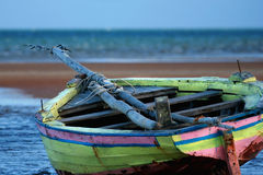 Gele Varende vastgelopen boot Royalty-vrije Stock Foto