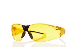 Gele veiligheidsbril die op wit wordt geïsoleerdn royalty-vrije stock afbeeldingen