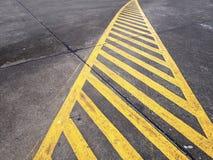 Gele verkeersteken op de weg Stock Foto
