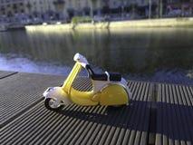 Gele vespa zoals model dat voor Darsena in Milan Italy wordt geparkeerd Royalty-vrije Stock Foto