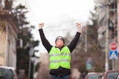 gele vest politieke activist die op straat protesteren stock afbeeldingen