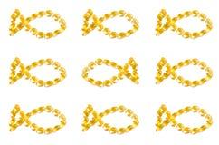 Gele vitaminen in capsules op een witte achtergrond royalty-vrije stock foto