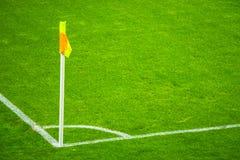 Gele vlag in hoek van voetbalspeelplaats, het luie wind blazen royalty-vrije stock fotografie