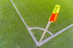 Gele vlag in hoek van voetbalspeelplaats, het luie wind blazen Stock Foto's