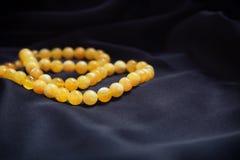 Gele vlotte natuurlijke halfedelsteen ronde parels Royalty-vrije Stock Afbeelding