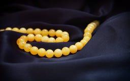 Gele vlotte natuurlijke halfedelsteen ronde parels Stock Foto