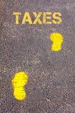 Gele voetstappen op stoep naar Belastingenbericht stock foto