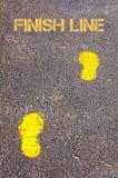 Gele voetstappen op stoep naar het bericht van de Afwerkingslijn stock afbeeldingen