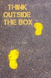Gele voetstappen op stoep naar Think buiten het Vakje bericht stock afbeeldingen