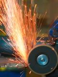 Gele vonken bij het malen van staalmateriaal Royalty-vrije Stock Foto's