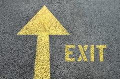Gele voorwaartse verkeersteken met Uitgangswoord op de asfaltweg Stock Afbeeldingen