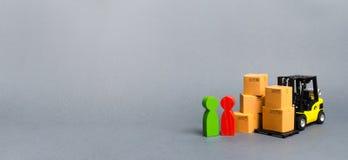 Gele vorkheftruck met kartondozen dichtbij een een klantenkoper en verkoper Zaken en handel Onderhandelingen over levering stock afbeelding