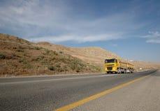 Gele vrachtwagen royalty-vrije stock afbeeldingen