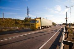 Gele vrachtwagen royalty-vrije stock foto's