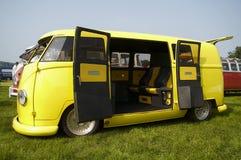 Gele VWkampeerauto Stock Afbeeldingen